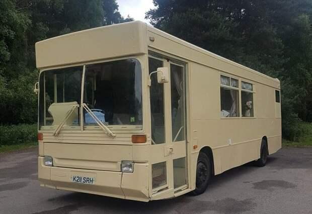 Дом на колесах в бывшем рейсовом автобусе (13 фото)