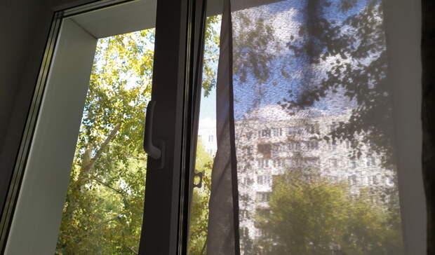 Под Омском при падении из окна погибла двухлетняя девочка