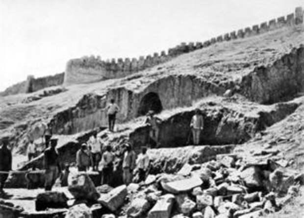 1915 excavations at Tushpa.jpg