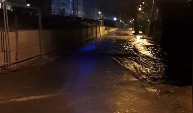 Фонтан из-под земли: улицу Московскую затопило вЕкатеринбурге