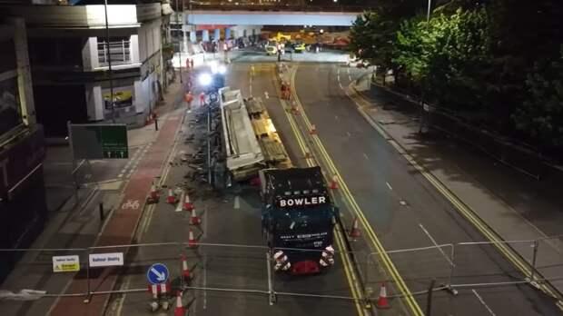 120-тонная секция моста упала на грузовик и раздавила его всмятку