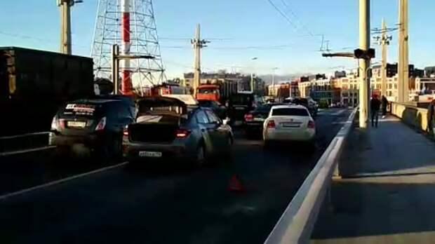 Две машины и автобус столкнулись у Кантемировского моста в Петербурге