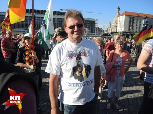 Протестующий в футболке с Путиным. Фото: Дарья АСЛАМОВА