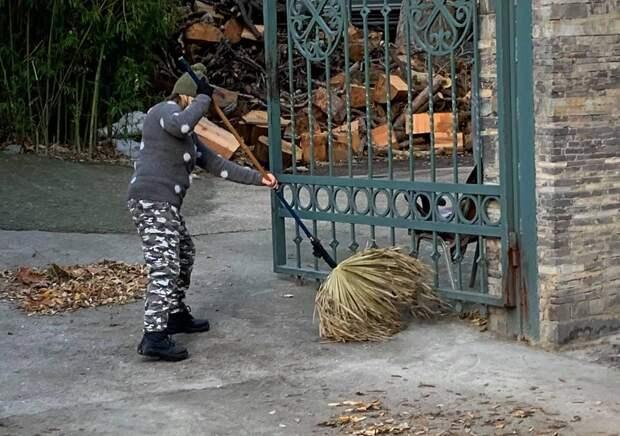 Ялтинским дворникам выдали метла из пальмовых листьев
