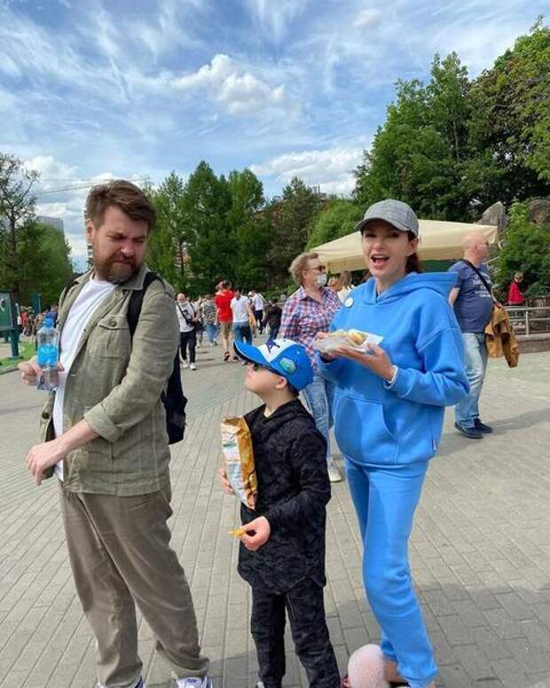 Счастливы вместе: Эвелина Бледанс отправилась на прогулку с сыном и бывшим мужем