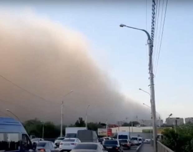Астрахань накрыла пыльная буря