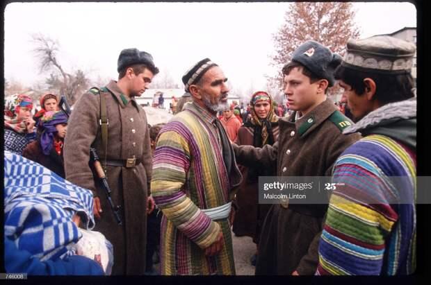 Лагерь таджикских беженцев возле пограничного поста п. Пяндж, декабрь 1992 г