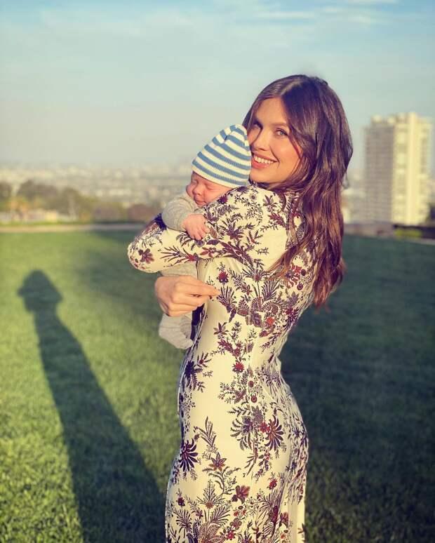 Дарья Жукова с младенцем на руках фото
