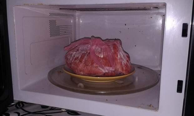 Замороженное мясо прогревается в микроволновке неравномерно. / Фото: legkovmeste.ru