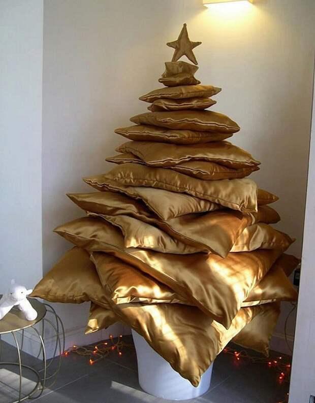 Отличный вариант создать новогоднюю обстановку с помощью подушек.