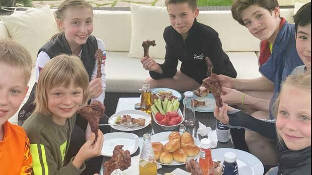 Плющенко и Гном Гномыч устроили у себя дома пикник с шашлыками для учеников академии: видео