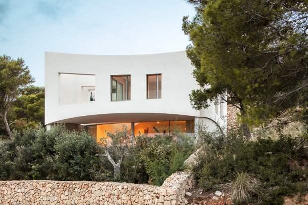 Изогнутый дом для отпуска в Испании