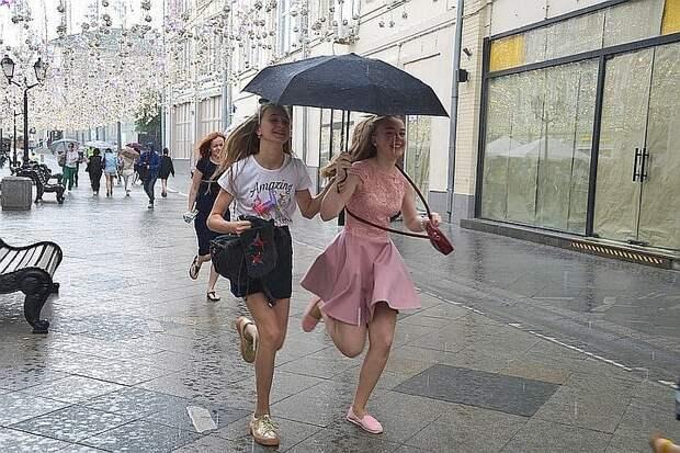 Синоптики пообещали москвичам теплые, но дождливые выходные