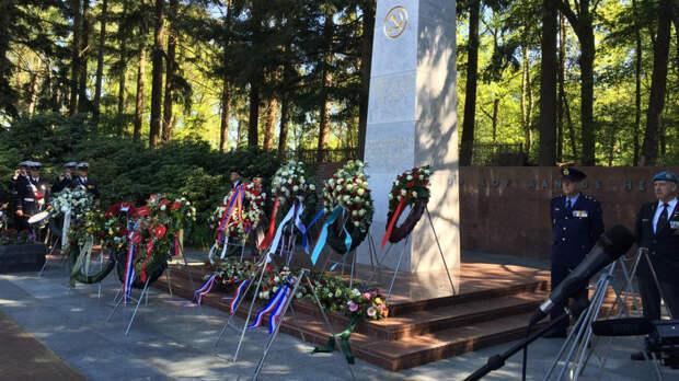 В Нидерландах почтили память советских солдат на кладбище в Лейдене