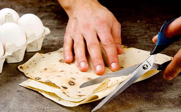 Нарезаем лаваш ножницами и заменяем им макароны. Варить уже не требуется, готовим на сковороде