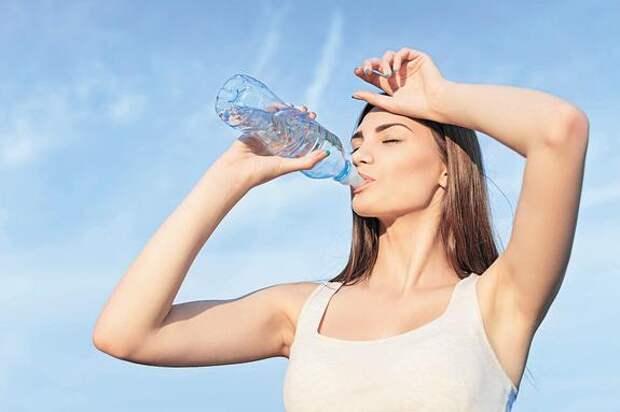 В жаркую погоду организму человека необходимо определенное количество жидкости