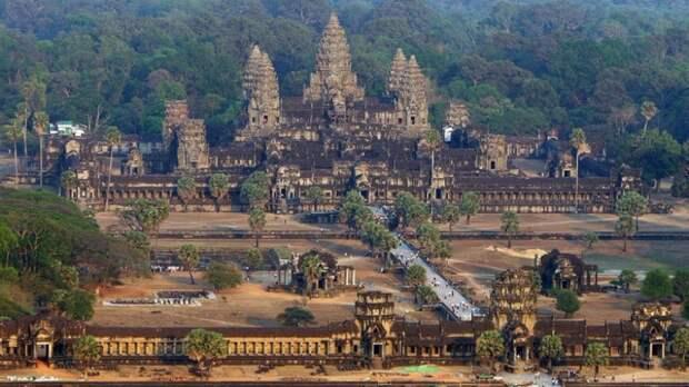 Гигантский храмовый комплекс Ангкор Ват в Камбодже построили боги?