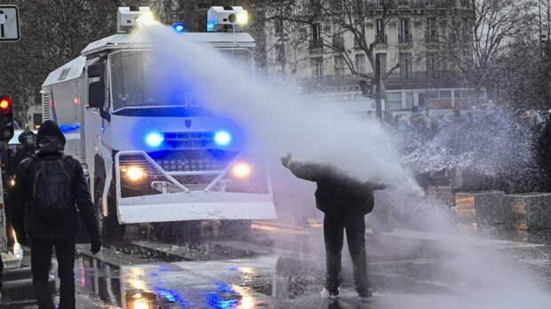 Парижская полиция применила водометы во время акции в поддержку Палестины