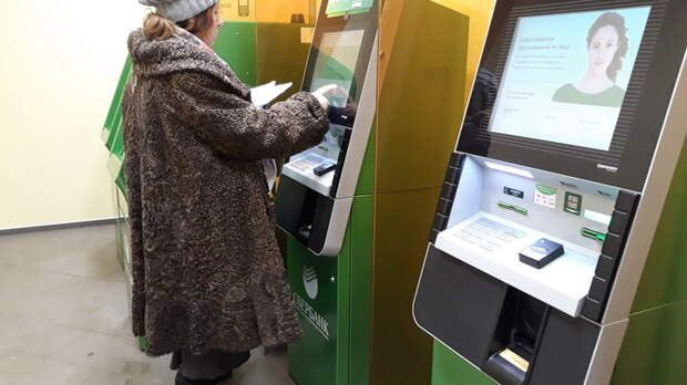 Работники банков и жертва из очереди: Топ-5 способов обмана жителей России