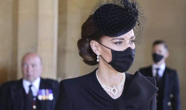 Любимица королевы: какое украшение Елизавета II одолжила Кейт Миддлтон для похорон принца Филиппа