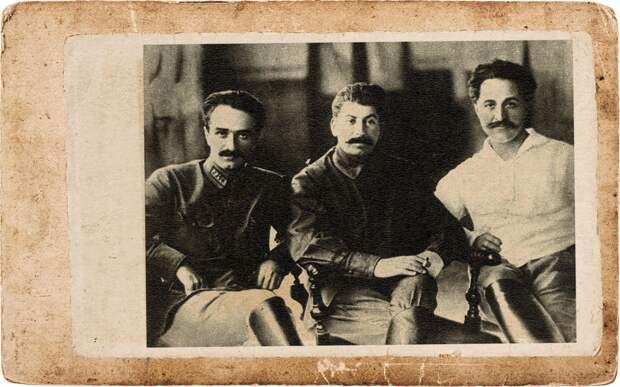Слева направо: А.И.Микоян, И.В.Сталин, Г.К.Орджоникидзе (Тифлис, 1925 год).Коллаж © L!FE Фото: © Wikipedia.org