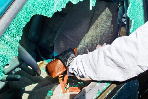 В Крыму хозяин микроавтобуса задержал двух воров