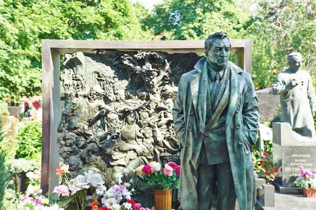 Памятник Вячеславу Тихонову на Новодевичьем – самый дорогой из актерских