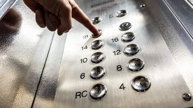 Неизвестные избили семейную пару в лифте в Петербурге