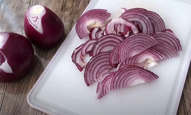 Закусочный красный лук к любому мясу: режем полукольцами и маринуем в банке. Через сутки можно есть