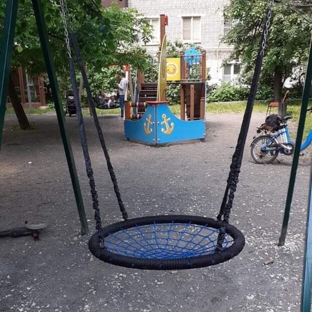 «Жилищник» починил сломанные качели на улице Пилота Нестерова