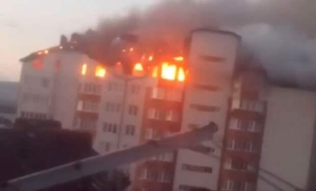 Пожарные эвакуируют жильцов горящего дома в Анапе