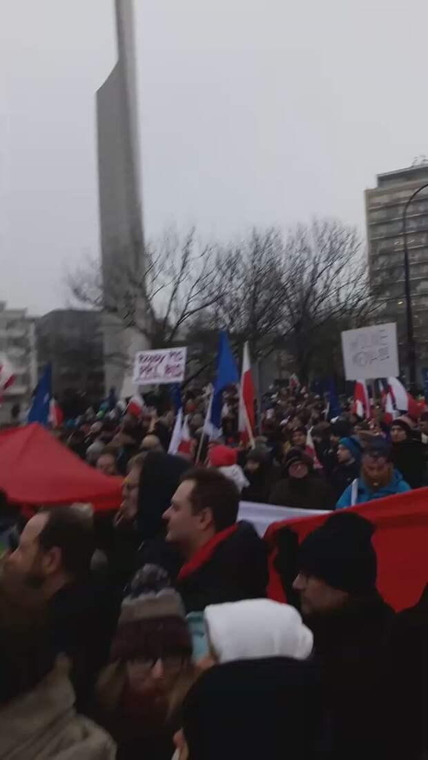 В Варшаве у президентского дворца проходит многотысячная акция протеста