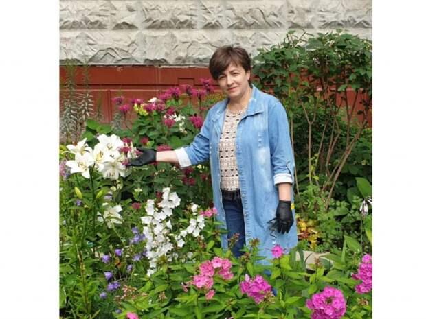 Жительница из Южного Медведкова возвела во дворе пышный цветник