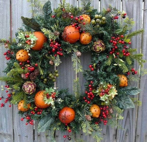 Новогодний венок несомненно украсит ваш дом в канун праздника