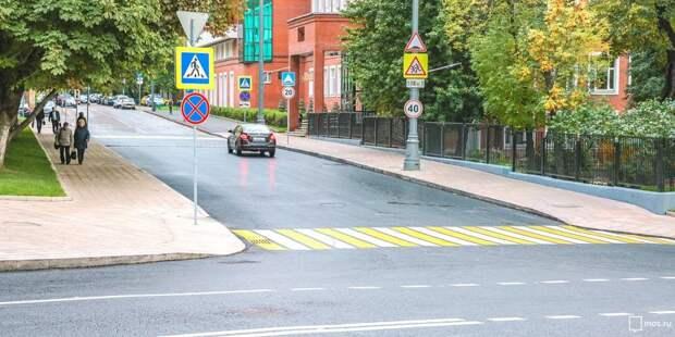 Коммунальщики освободили от веток дорожный знак на 1-й улице Ямского поля