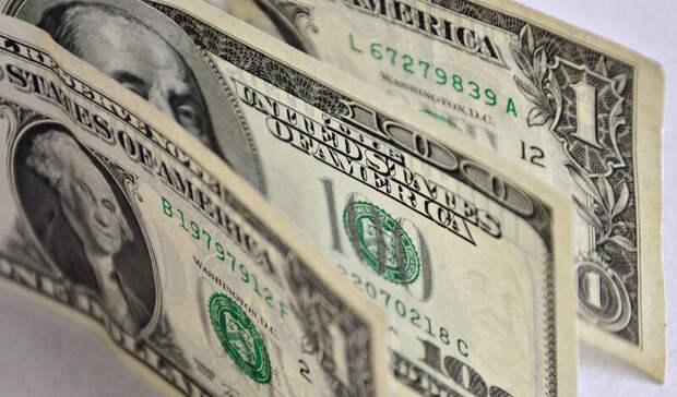 Банки в апреле вывезли максимальную сумму долларовой наличности