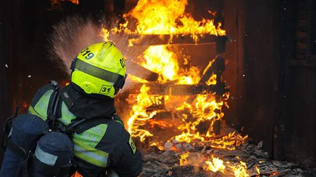 Двухэтажный дом площадью 350 «квадратов» вспыхнул огнем на Сахалине