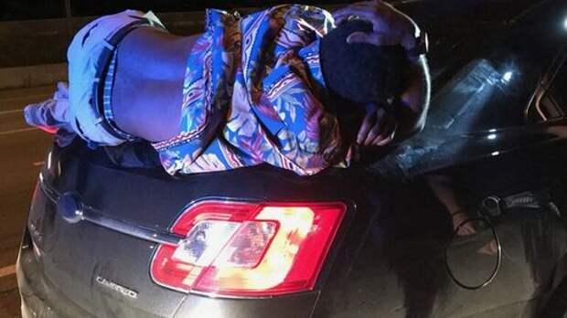 Дело темное: водитель седана не заметил спящего на багажнике пьяницу и поехал