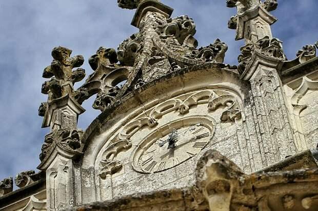 Часы на башне замка Брезе