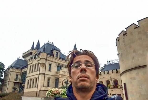 Галкин провел сказочную экскурсию и показал снаружи предновогодний замок