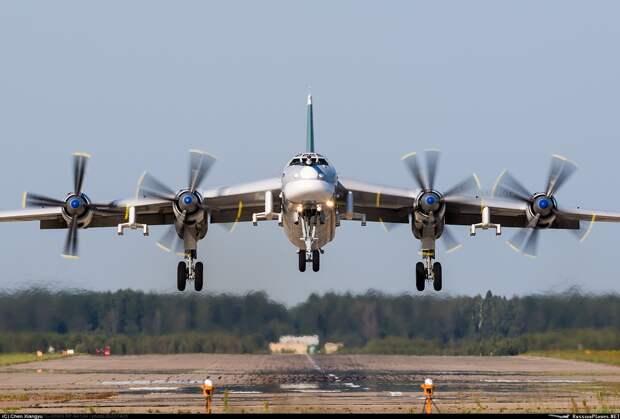 Стратегический ракетоносец Ту-95МС отработал управление беспилотником прямо в воздухе