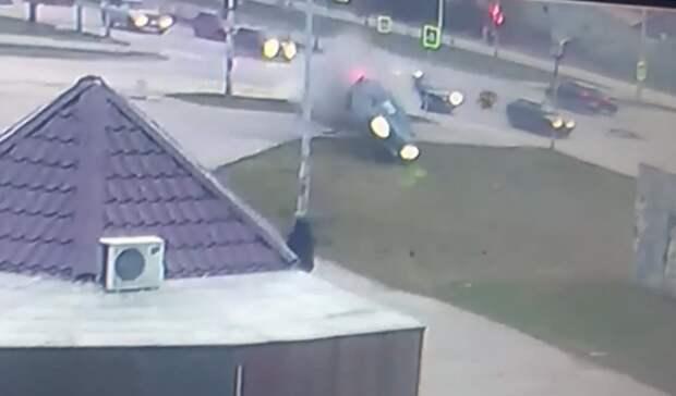 Иномарка сдетьми всалоне «подлетела» после столкновения сLada вЕкатеринбурге
