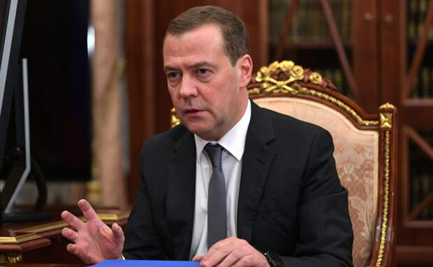 Медведев не исключил введения четырехдневной рабочей недели