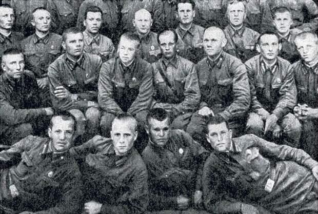 В. Порик (во втором ряду третий справа) среди выпускников Харьковского пехотного училища