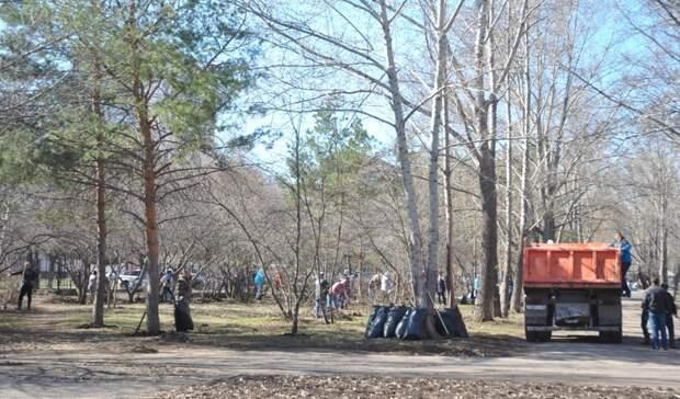 В Бузулуке во время субботника молодой мужчина упал с дерева