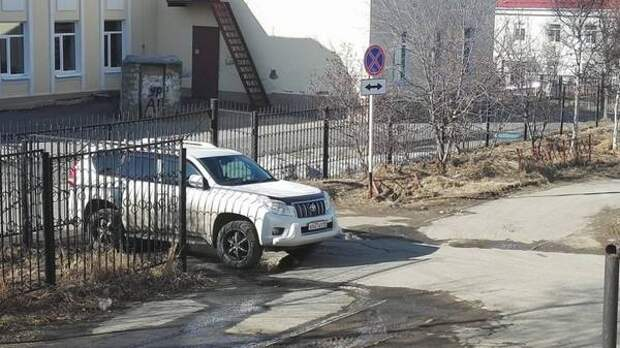 """Автохамы в Магадане: дорожные знаки в игноре, """"авто-альпинизм"""" и парковка на повороте"""
