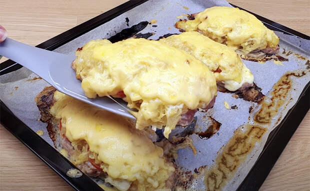Делаем мясо в духовке сочнее. Вниз подкладываем лук, а сверху добавляем горчицу и сыр