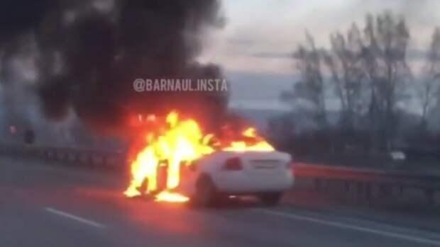 Автомобиль сгорел на Чуйском тракте в Алтайском крае