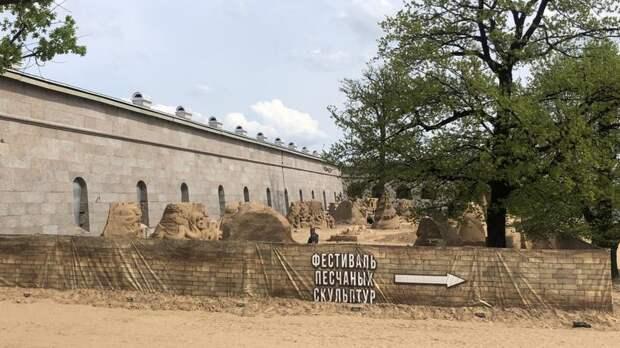 На пляже Петропавловской крепости стали «вырастать» песчаные скульптуры
