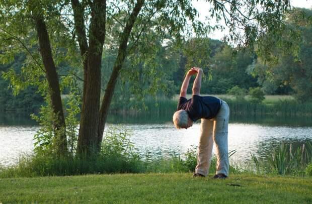 Для пенсионеров из Ростокина начались новые занятия на свежем воздухе «Здоровая спина»